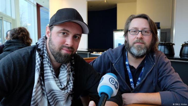 Die Regisseure Philip Gnadt (r.) und Co-Regisseur und Produzent Mickey Yamine im Gespräch; Foto: DW