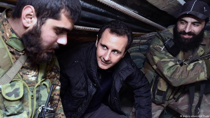 Assad während eines Truppenbesuchs in Ost-Damaskus; Foto: picture-alliance/AP