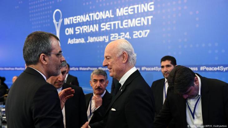 Der UN-Gesandte für Syrien, Staffan de Mistura, trifft die iranische Delegation während der ersten Verhandlungsrunde in Astana.