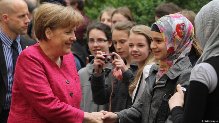 Bundeskanzlerin Angela Merkel begrüßt Schüler der Sophie Scholl Gesamtschule in Berlin während ihres Besuchs des fünften europäischen Schulprojekttags 2011. Foto Getty Images