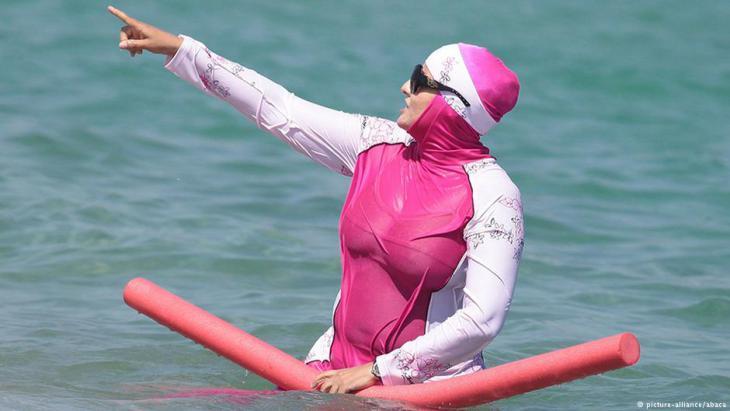 Muslimische Frau trägt Burkini am Strand in Südfrankreich. Foto Reuters