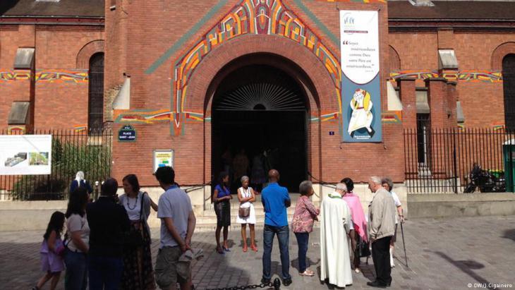 Trauermesse in der Saint-Michel Kirche in Paris. Nachdem Islamisten in Frankreich im August 2016 einen Priester brutal ermordeten, kamen Christen und Muslime im ganzen Land zusammen, um sich zu unterstützen und gemeinsam zu beten. Foto: DW