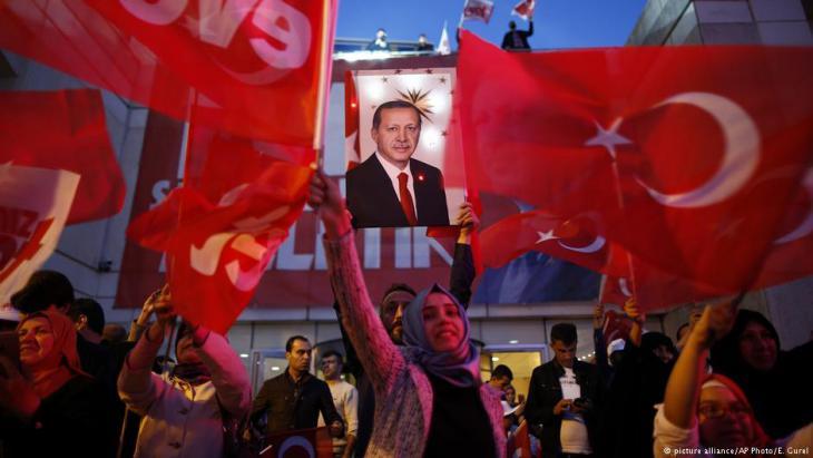 Jubelnde Anhänger Erdoğans nach dem Volksentscheid; Foto: picture-alliance/AP