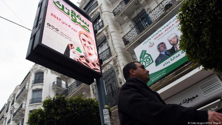 In  Algiers wird die Bevölkerung auf Wahlplakaten aufgefordert, zur Parlamentswahl zu gehen; Foto: Getty Images/AFP