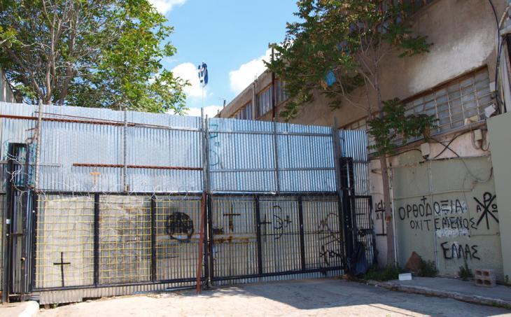 Verriegeltes Tor, das die Sicht auf die Moscheebaustelle in Athen versperrt; Foto: Mey Dudin