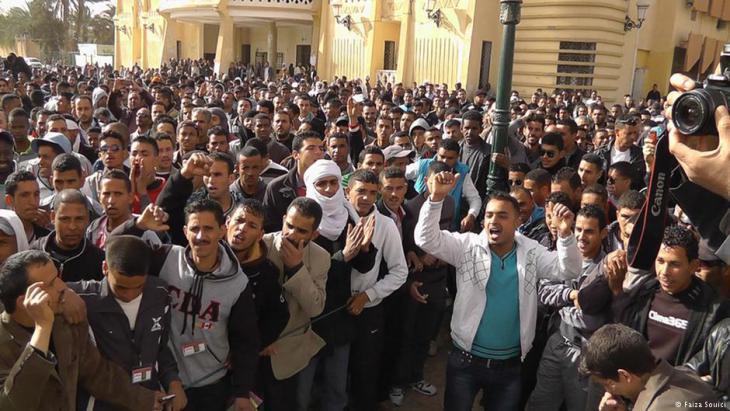 Junge Männer demonstrieren im südalgerischen Ouargla gegen Armut und Arbeitslosigkeit; Foto: Faiza Souici