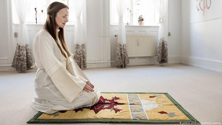 Sherin Khankan beim gebet in der Frauen-Moschee in Kopenhagen; Foto: picture-alliance