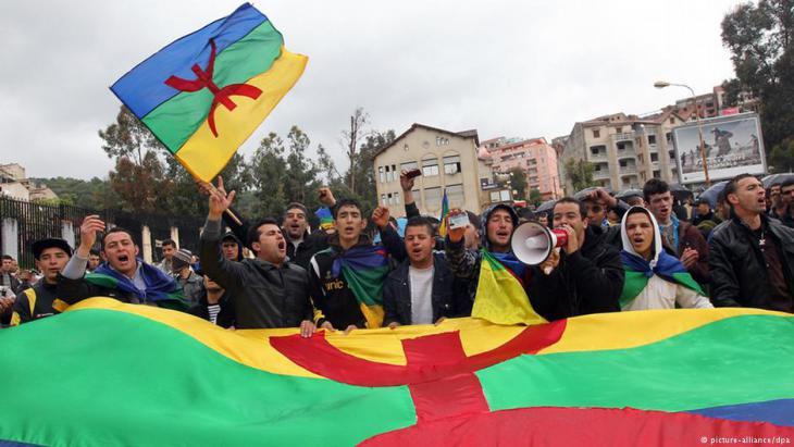 Aktivisten der algerischen Berberbewegung demonstrieren im algerischen Tizi Ouzou; Foto: picture-alliance/dpa