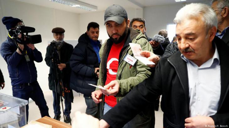 In Deutschland lebende Türken bei der Stimmabgabe zum Referendum; Foto: Reuters/F. Bensch