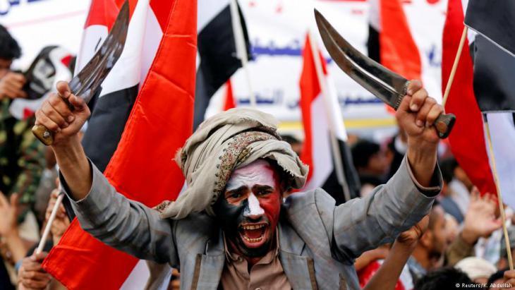 Dolche schwingende Huthi-Rebell während einer Kundgebung in Sanaa; Foto: Reuters