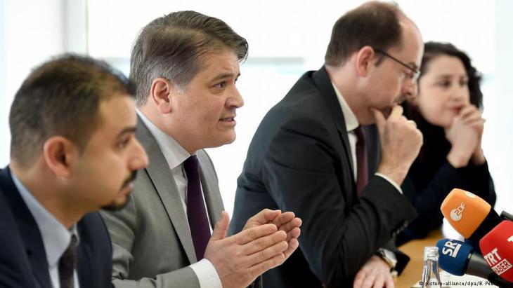 Die Anwälte Serkan Alkan, Mehmet Daimagüler, Jens Dieckmann und Seda Basay-Yildiz stellen Strafanzeige gegen Assad; Foto: picture-alliance/dpa