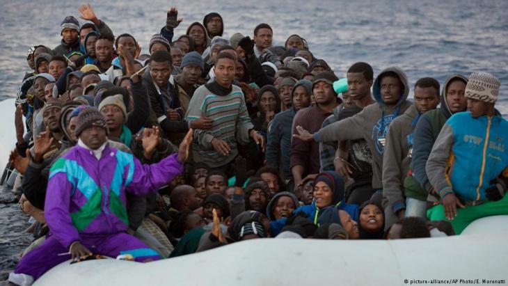 Flüchtlinge im Mittelmeer; Foto: AP/picture-alliance