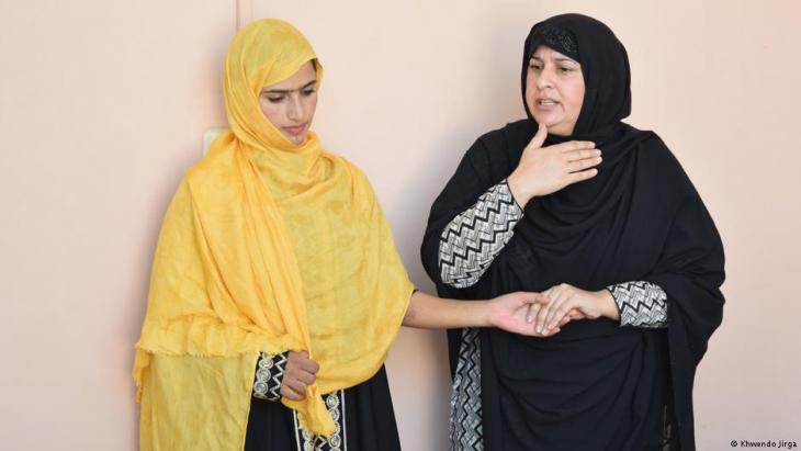 Tabassum Adnan (rechts) spricht mit einer jüngeren Frau; Foto: Khwendo Jirga