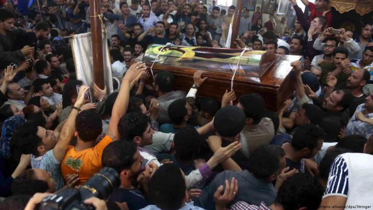 Relatives grieve for the Coptic victims of the IS bus attack in Minya on 26.05.2017