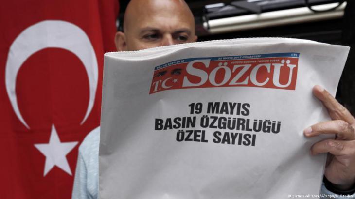 """Protestaktion der regierungskritischen kemalistischen Zeitung """"Sözcü""""; Foto: picture-alliance/dpa"""
