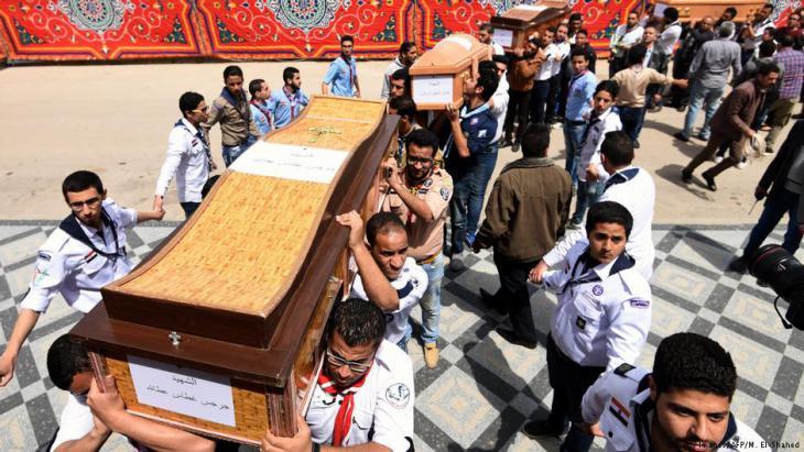Trauerfeier für ermordete Kopten nach dem Anschlag auf die Saint Marks Kirche in Alexandria; Foto: MOHAMED EL-SHAHED/AFP/Getty Images