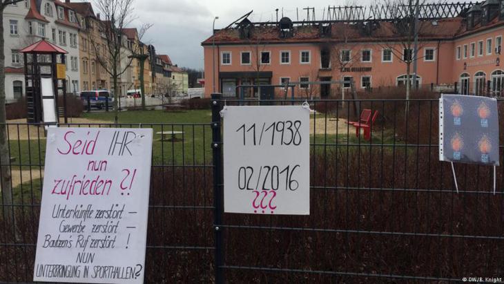 Protestplakate gege Angriffe auf Flüchtlingseinrichtungen in Bautzen; Foto: DW/B. Knight