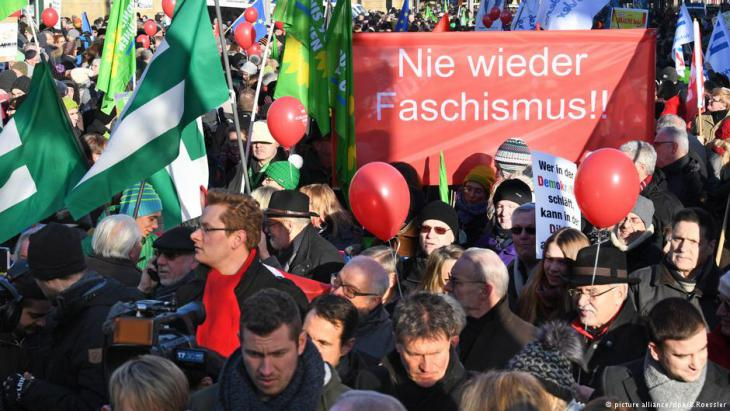 """Facism never again""- demonstrators protest outside a European National Front conference in Koblenz, January 2017 (photo: picture-alliance/dpa/B. Roessler)"