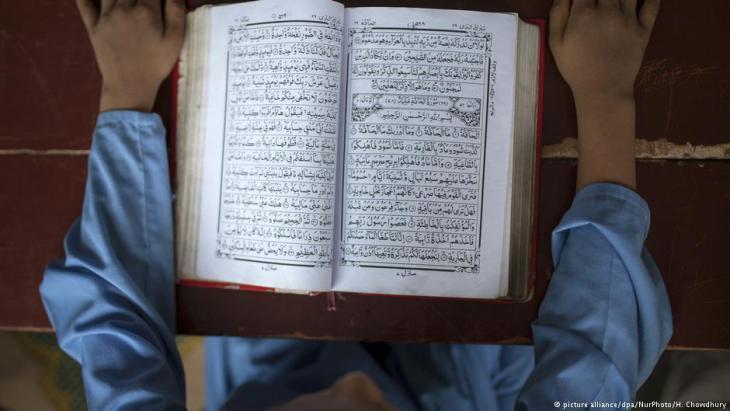 Junge liest in einer Madrassah in Old Dakha (Bangladesch) den Koran; Foto: picture-alliance/dpa