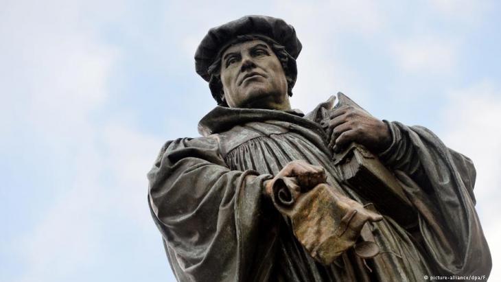 Denkmal des Reformators Martin Luther (1483-1546) in Lutherstadt-Eisleben; Foto: dpa/picture-alliance