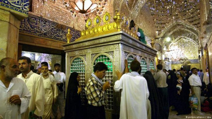 Irakische und iranische Schiiten beten am Heiligen Schrein im Innern der Imam-Hussein-Moschee in Karbala; Foto: dpa/picture-alliance