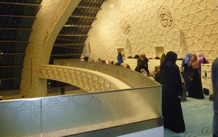 Frauen während des Gebets auf der Empore der Ditib-Zentral-Moschee; Foto: Ulrike Hummel