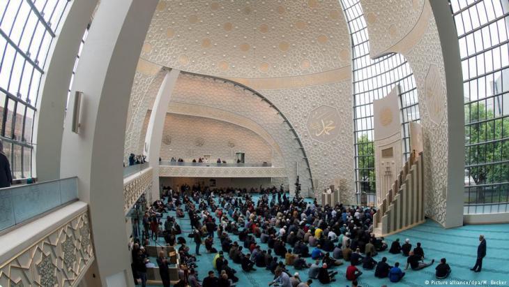 Blick auf den Kuppelsaal der Ditib-Zentralmoschee in Köln; Foto: picture-alliance/dpa