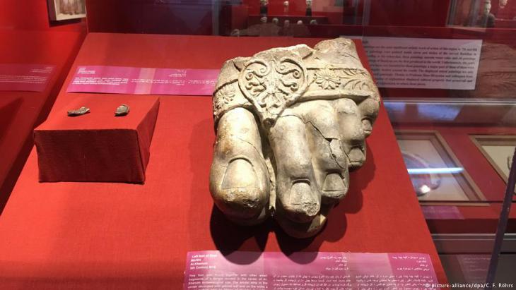 Fuß einer riesigen Zeus-Statue aus einer antiken Stadt in Afghanistans Norden; Foto: picture-alliance/dpa