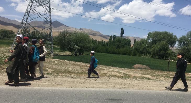 Afghanische Jungen auf dem Weg zur Schule in Maidan Wardak, Afghanistan; Foto: Ali M. Latifi