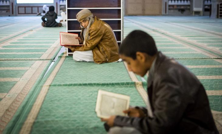 Zwei Jungen lesen in der Makki-Moschee im Koran; Foto: Philipp Breu