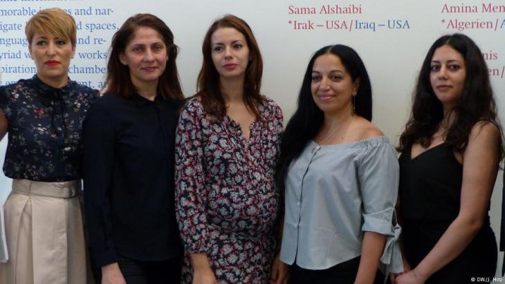 Die Künstlerinnen Moufida Fedhila, Ala Younis, Amina Menia, Sama Alshaibi und Saba Innab (v.l.r.); Foto: DW