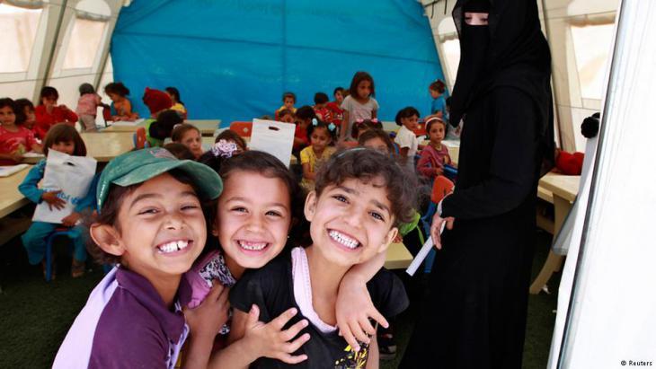 Syrische Flüchtlingskinder lernen in einem Schulzelt der Vereinten Nationen im Flüchtlingslager Zaatari; Foto: Reuters
