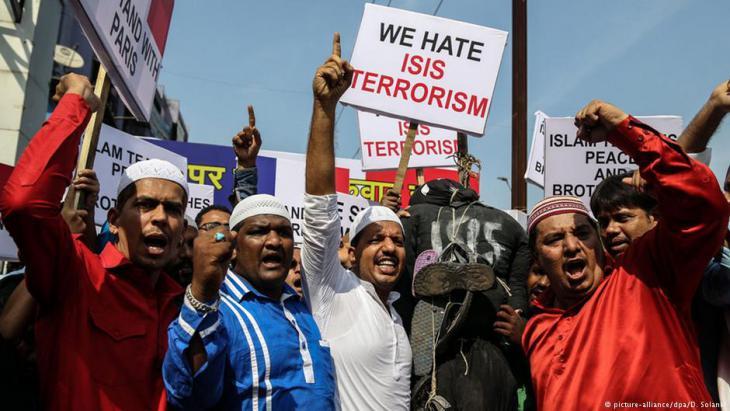 Muslime in Mumbai demonstrieren nach den Anschlägen von Paris vom November 2015 gegen den IS-Terror; Foto: picture-alliance/dpa/D. Solanki