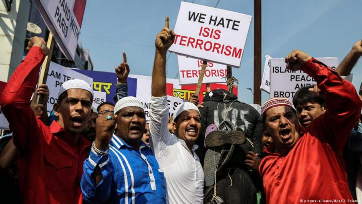 Muslims in Mumbai demonstrate following the Paris terrorist attacks, November 2015 (photo: picture-alliance/dpa/D. Solanki)