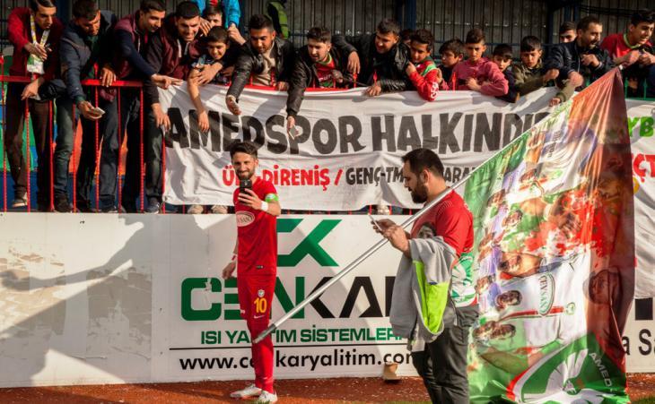 Fußball-Spieler und Fans des Clubs Amedspor; Foto: Fatma Çelik/Aylin Kızıl