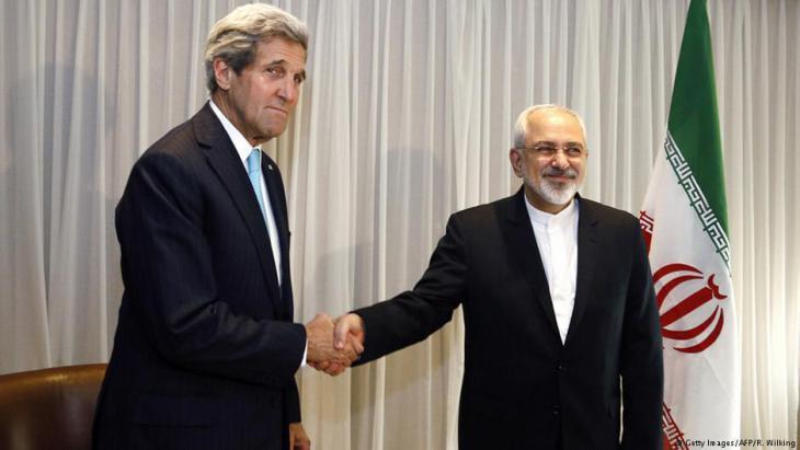 Der iranische Außenminister Mohammad Javad Zarif und sein amerikanischer Amtskollege John Kerry beim Abschluss des Atomabkommens in Genf, 14.01.2015; Foto: Rick Wilking/AFP/Getty Images