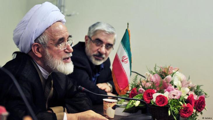 Mehdi Karrubi (v.) und Mir Hossein Mussawi (h.) in teheran während einer Perssekonferenz; Foto: kaleme
