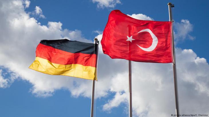 Deutsche und türkische Fahne/Symbolbild; Foto: picture-alliance/dpa