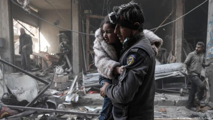 """Syrische """"Weißhelme"""" bergen Kind aus den Trümmern von Aleppo; Foto: Getty Images/AFP"""