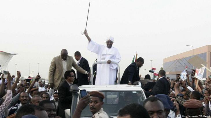 Jubelnder Omar al-Bashir nach seiner Rückkunft in Khartum vom Gipfel der Afrikanischen Union (AU) in Johannesburg; Foto: AFP/Getty Images