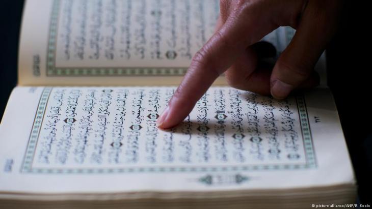 Mann liest im Koran; Foto: picture alliance