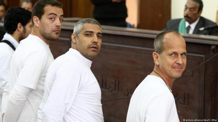 Prozess gegen Al-Jazeera-Mitarbeiter Peter Greste (r.) und drei weitere Mitarbeiter des Senders am 31.4.2014 in Kairo; Foto: picture-alliance