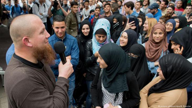 """Der Salafist Pierre Vogel (links) spricht bei einer Veranstaltung Ende 2014 in der Nähe von Frankfurt. """" Bild: picture-alliance/dpa/Boris Roessle"""