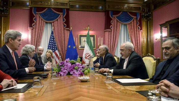 Atomverhandlungen in Lausanne.US_Außenminister Kerry und Irans Javad Zarif. Foto: Reuters/Brendan Smialowski/Pool