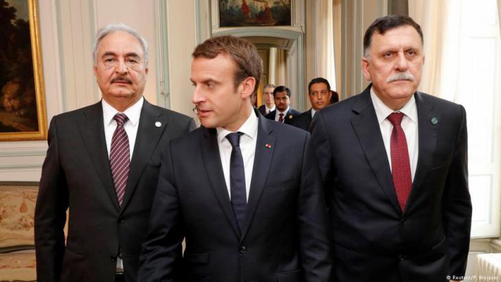 Friedensgespräche in Paris vom Juli 2017mit Emmanuel Macron und Fajis al-Sarradsch (l.) und General Khalifa Haftar; Foto: Reuters