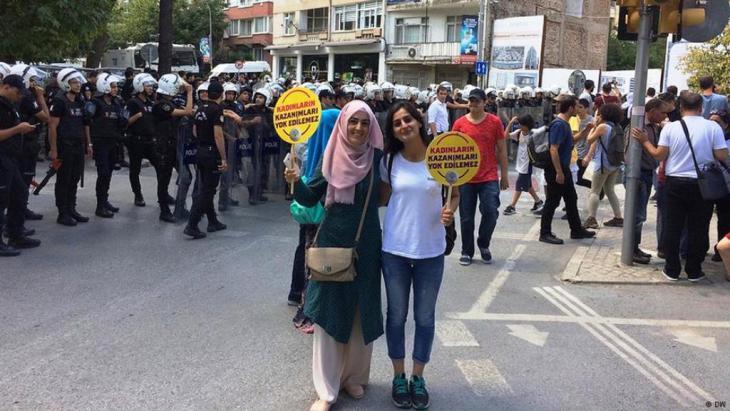Hinter dem Polizeikorridor: Demonstranten der prokurdischen Partei HDP. Foto: DW
