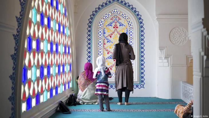 Muslime beim Gebet während des Ramadan in der Sehitlik-Moschee in Neukölln; Foto: Imago/j.Jeske