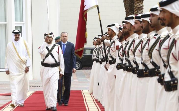 Recep Tayyip Erdoğan mit dem qatarischen Emir Scheich Tamim bin Hamad Al Thani (l.) am 15.2.2017 in Doha; Foto: Anadolu Agency
