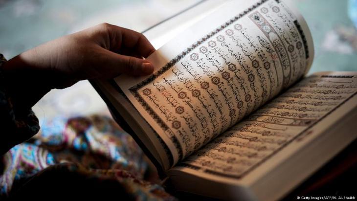 Muslima liest aus dem Koran; Foto: