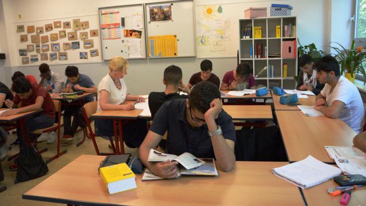 Flüchtlinge lernen in einer Schule in Bonn die deutsche Sprache; Foto: DW